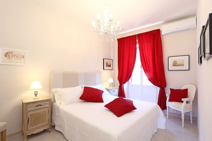 Vite ApartmentThree 5 Minutes From Spanish Steps!