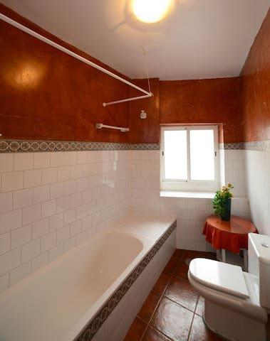 Bathroom/ Cuarto de baño