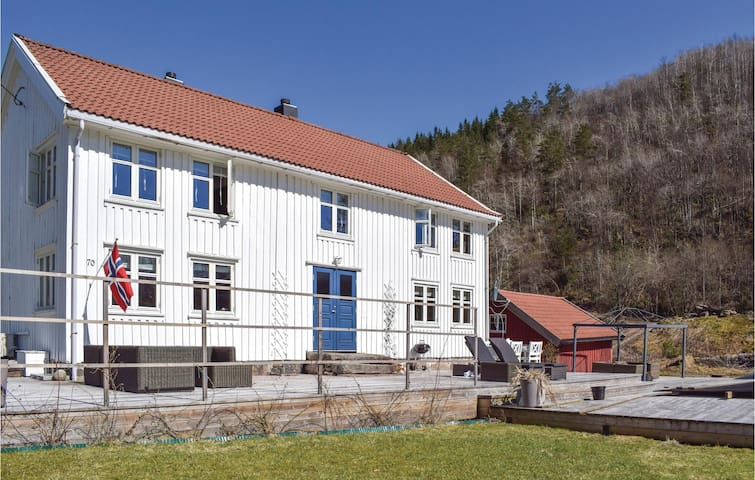 Holiday cottage with 5 bedrooms on 200m² in Snartemo