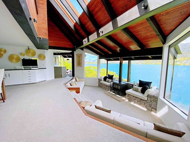 Absolutely Luxury Lakefront house - 5mins to town