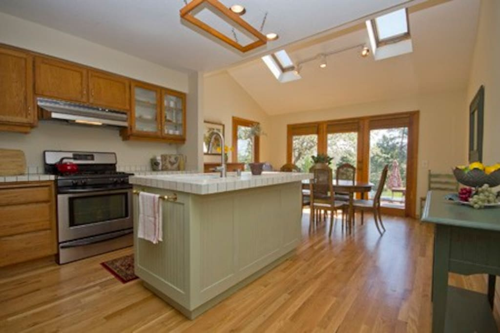 Fully Equipped Kitchen with River Views, Light and Bright