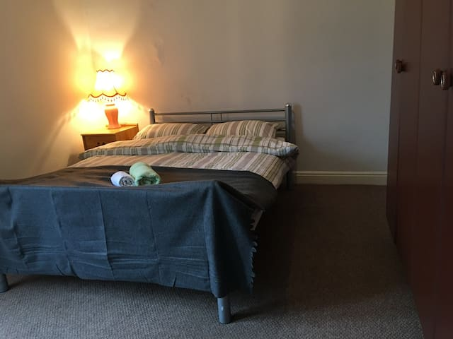 Comfy King size bedroom near city centre!
