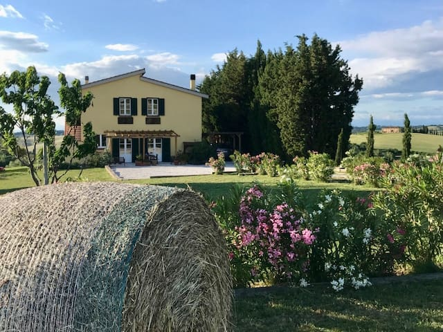 Hilltop 3-Bed House with scenic views in Tuscany