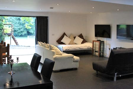 Luxury studio Apartment with pool, near London
