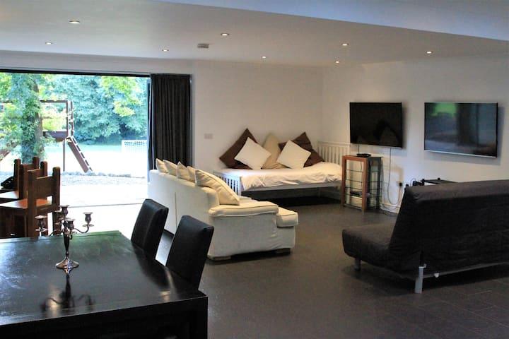 Luxury studio Apartment with pool, near London