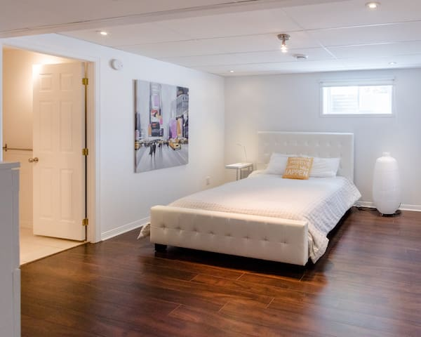 THE LOFT!  room in a quiet place 15min from Mtl! - Boucherville - บังกะโล