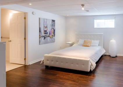 THE LOFT!  room in a quiet place 15min from Mtl! - Boucherville - Bungalou