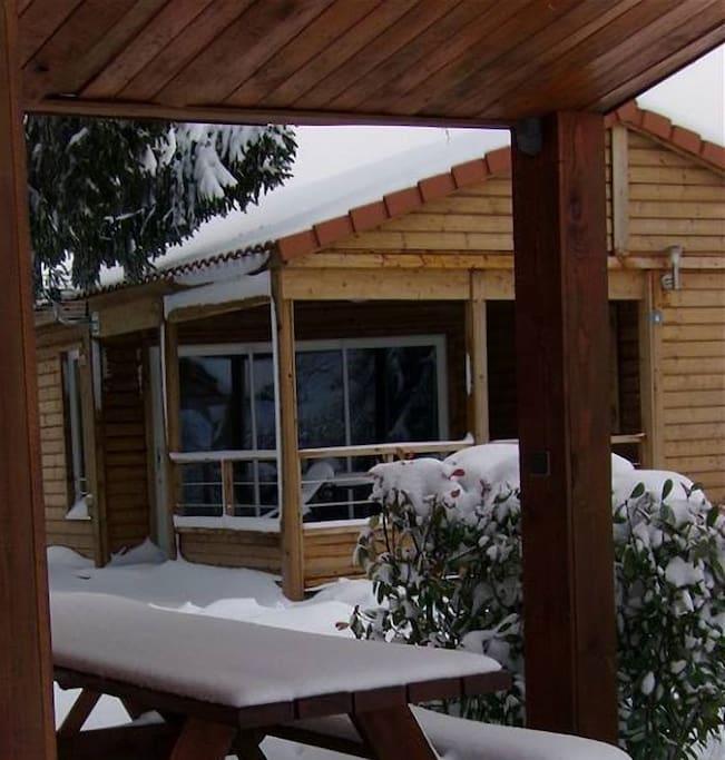 Chalet Perce-Neige avec baie vitrée à galandage.
