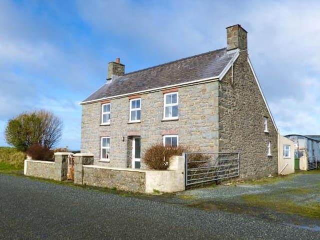 BANK HOUSE FARM, family friendly in St Davids, Ref 5766