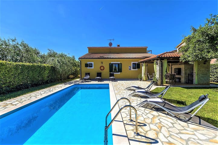 Spacious Three-Bedroom Villa Balun with Pool