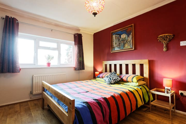Red Room with garden in Eltham, Greenwich
