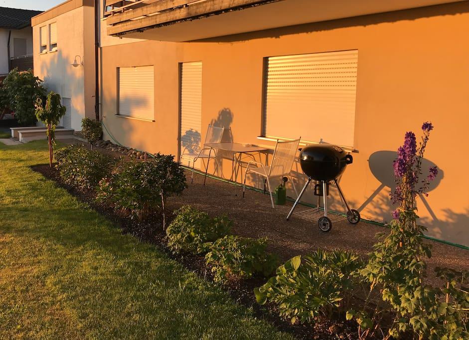 Einladende Terrasse mit Kugelgrill
