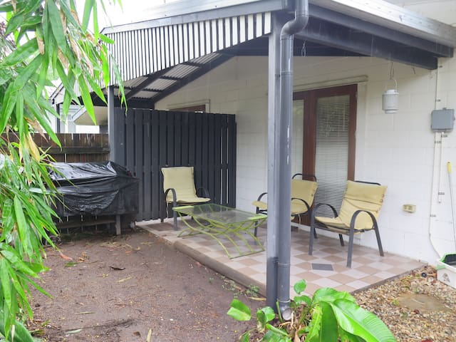 Cosy 2 bedroom holiday duplex close to the City - Cairns North - House