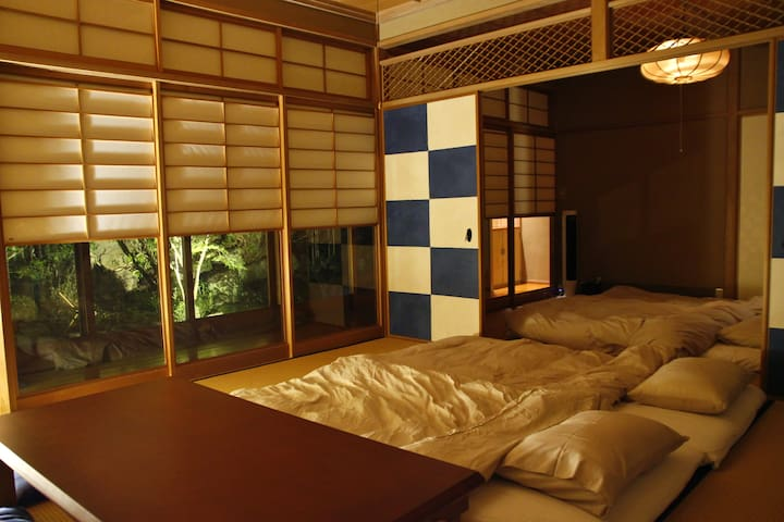 You can enjoy these Japanese garden even while you are lying down on the Futon.