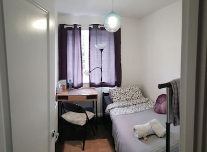 Small Single Room with a private bathroom, Didcot