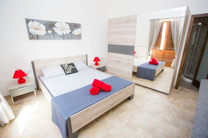 LOVELY DOUBLE BED ROOM FOR 3PERSONS - Gharb  - Haus