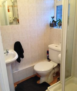 Village location. Quite double room with en suite - Biddenham