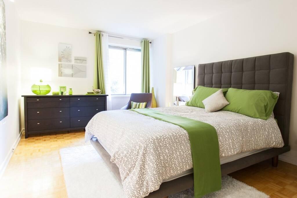 Trés grande chambre à coucher avec lit queen