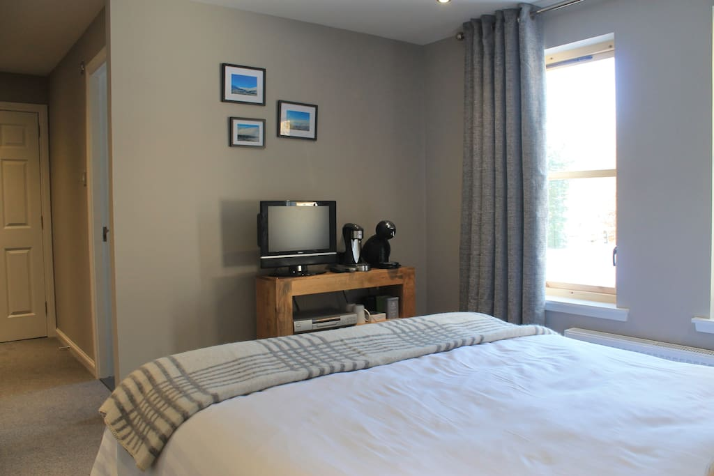 Cardhu room - with TV, Coffee & hot water with complimentary teas & coffee