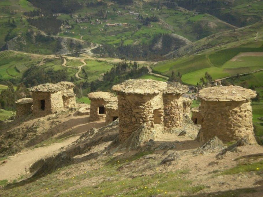 En la ruta podrás encontrar: CHULLPAS DE NINAMARCA: Las chullpas de arquitectura preinca se hallan al borde de la vía Cusco-Paucartambo, sobre los 3,600 msnm.