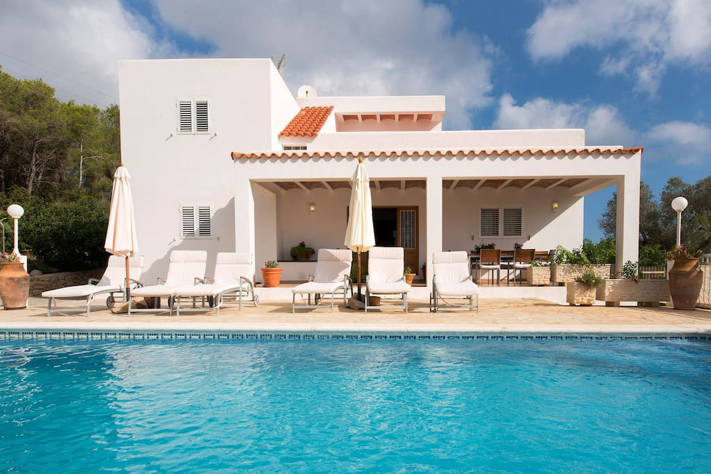 Villa es socorrat con piscina ping pong y jard n - Tumbonas aki ...