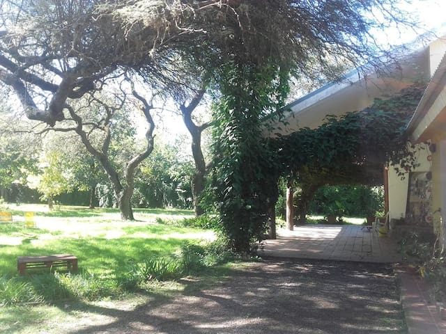Habitación en Casa Quinta de Artistas. - Villa Allende - Casa
