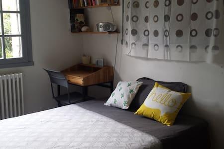 Chambre calme au coeur de Niort avec coin lavabo - Niort