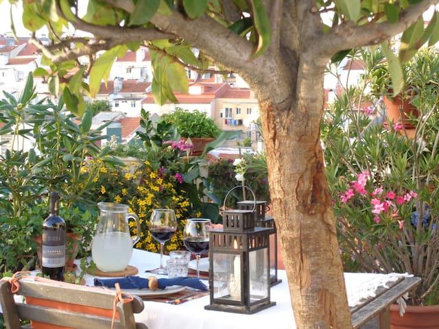 Studio+terrace in Graça (8 Min walk to Alfama)