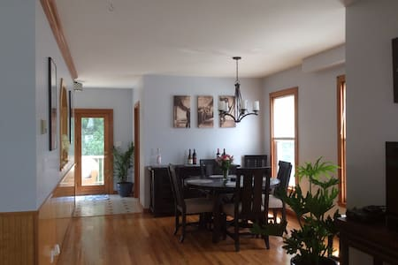 Newly furnished walking distance to Broadway - Saratoga Springs