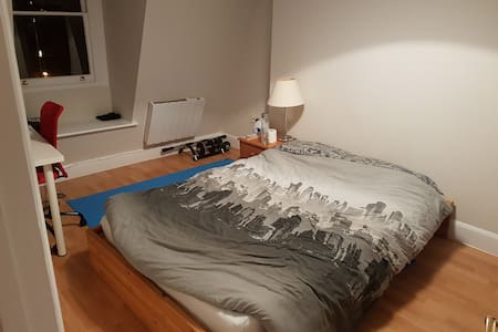 Double bedroom and access to apartment Richmond - 里士满 - 公寓