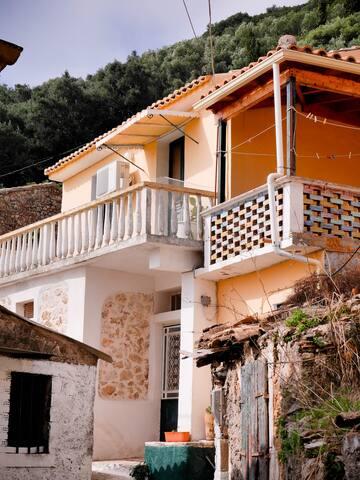 Byronas cottage in Lakones Corfu - Lakones