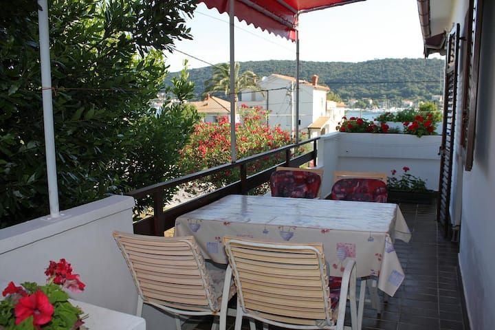 Two bedroom apartment with terrace and sea view Supetarska Draga - Donja, Rab (A-5030-a)