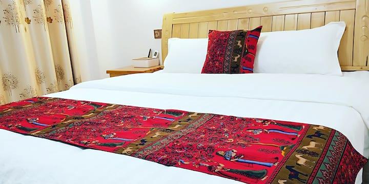 温馨大床双人房1.8米~四楼401房,宽敞明亮,打开窗户,清新空气扑面迎来,夕阳西下,阳光洒满房间。