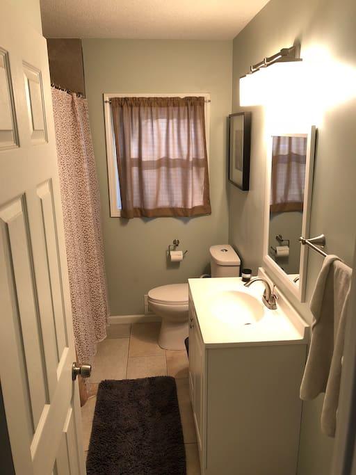 main floor bathroom with full tub
