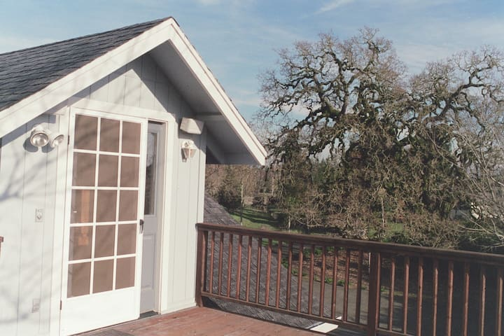 Wine Country Hideaway - cozy apartment on 2 acres