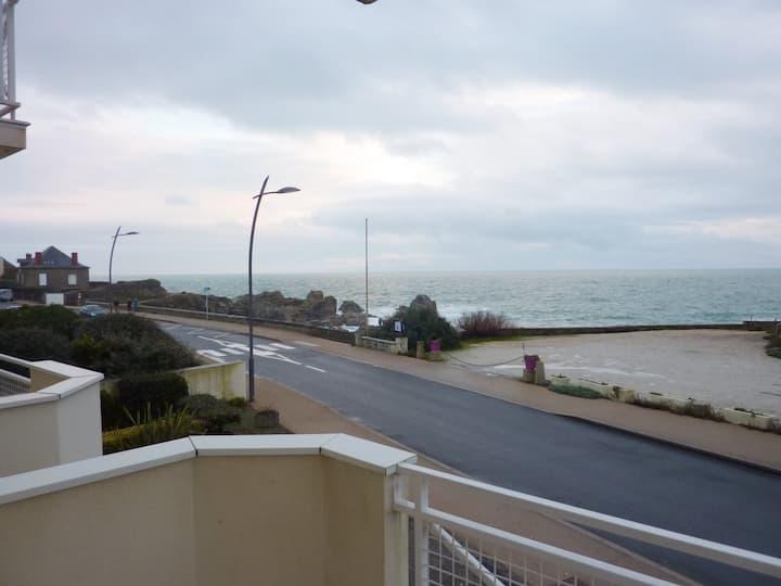 Appartement T2 avec vue sur mer et parking privé.