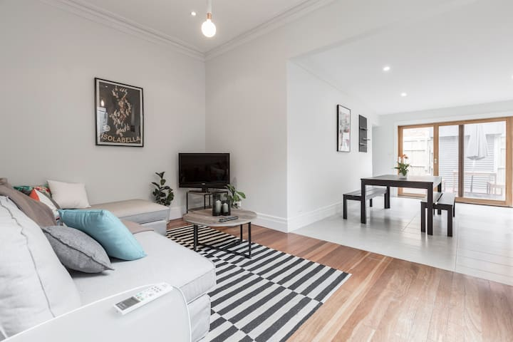 Brand New House with Old World Collingwood Charm - Collingwood - House
