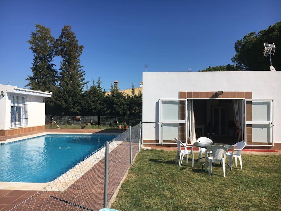 Casa de invitados con piscina a 3 km de la playa for Apartamentos en madrid con piscina