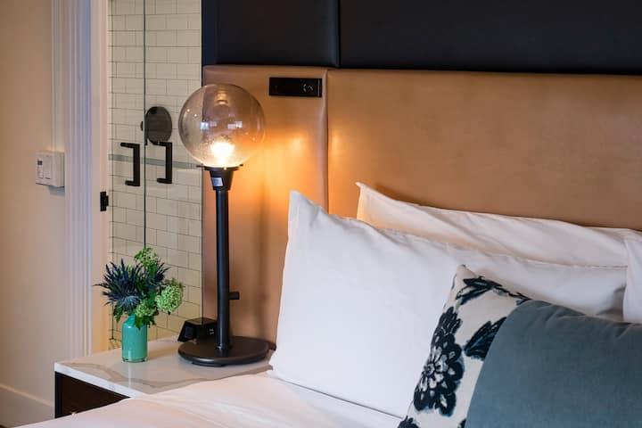 Hotel Theodore, Deluxe Queen