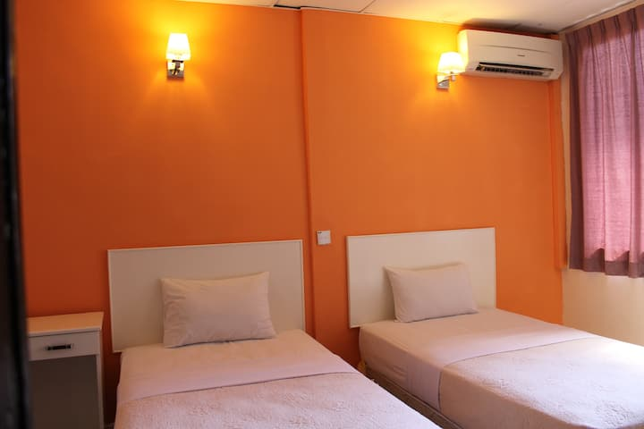 Victoria Hotel. Twin Room with Toilet. City Center