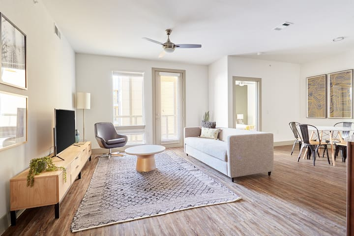 Sonder | East 5th | Beautiful 2BR + Pool