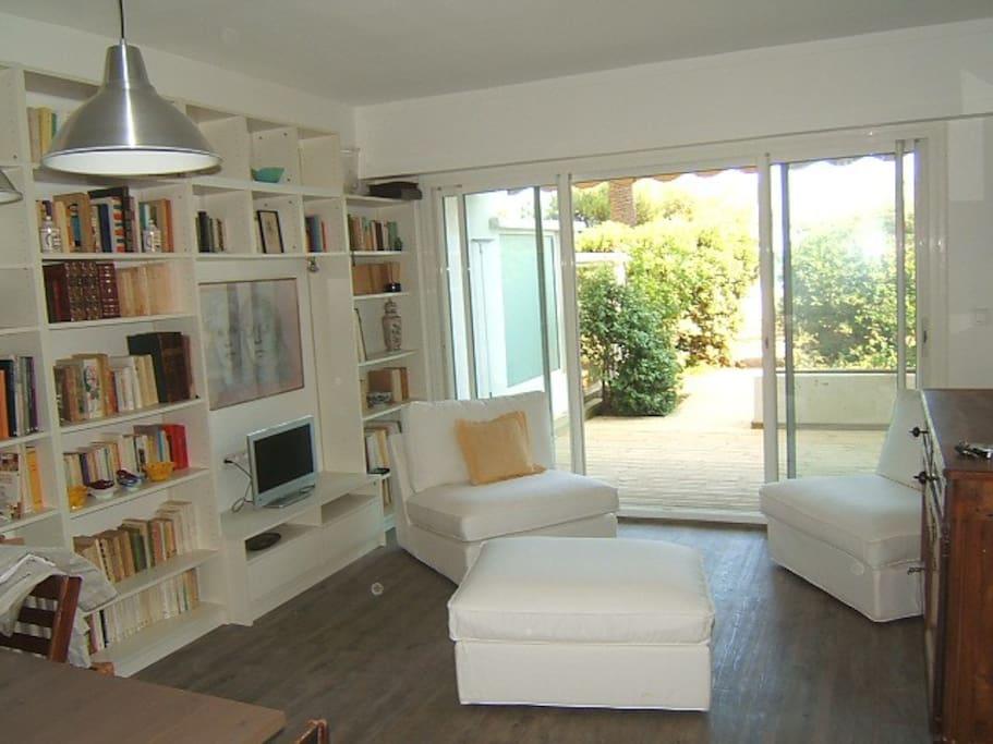 Espace séjour climatisé donnant sur terrasse privative
