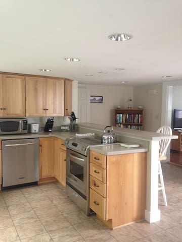 Pet Friendly Cottage - Walk to Town and Beach!