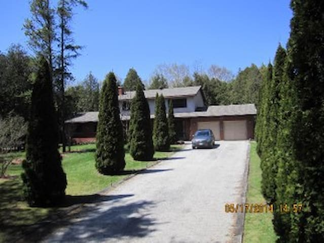 Country Estate Rooms Motorcycle Friendly - Wiarton - House