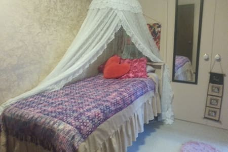 Sgle bed, Pvt room, near airport, share facilities
