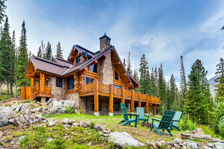Idyllic Mountain-View Log Cabin near Breckenridge