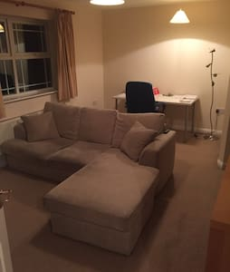 Whole Flat w/ Large Double Bedroom - Deepcut