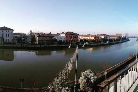 Luminosa mansarda in centro storico – Vista fiume - Codigoro - อพาร์ทเมนท์