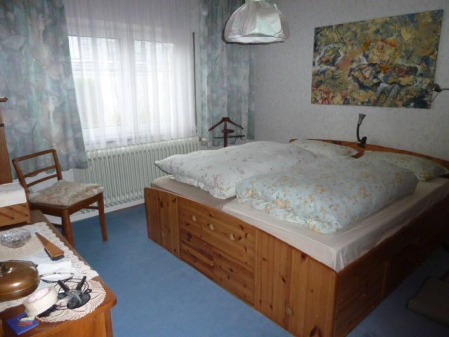 Dies ist das Gäste- Schlafzimmer mit Doppelbett, viel Platz in Schränken vorhanden.