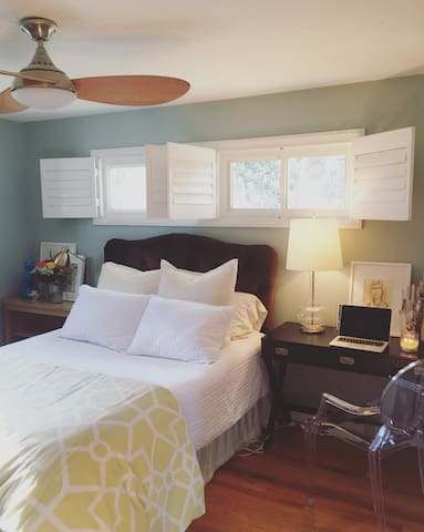 For 2 people, Comfy queen bed with sunlight, TV and a desk